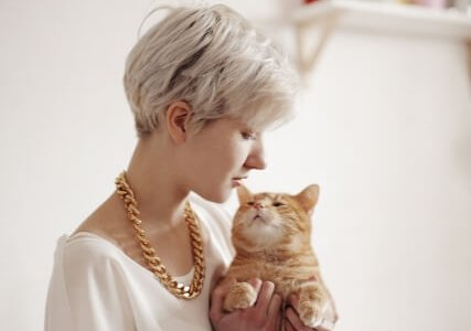 【検証】オス猫は女性に懐く・好き?我が家の猫と世間の意見を調べてみた